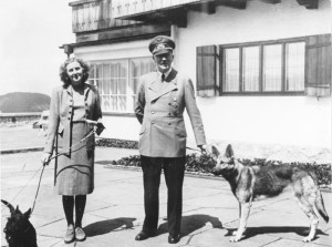 adolf_hitler_and_eva_braun_with_dogs